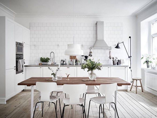 Деревянный стол на кухне в стиле скандинавского кантри